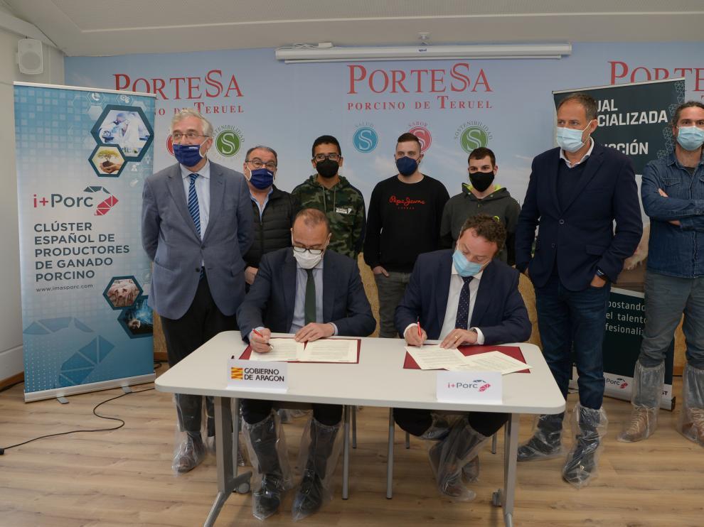 Firma del convenio para las prácticas de los alumnos de FP en granjas de cerdos de Aragón